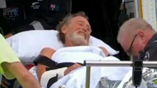 Surfista prende a calci uno squalo: vivo per miracolo