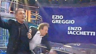 Enzo Iacchetti scivola a Striscia la Notizia e batte la testa