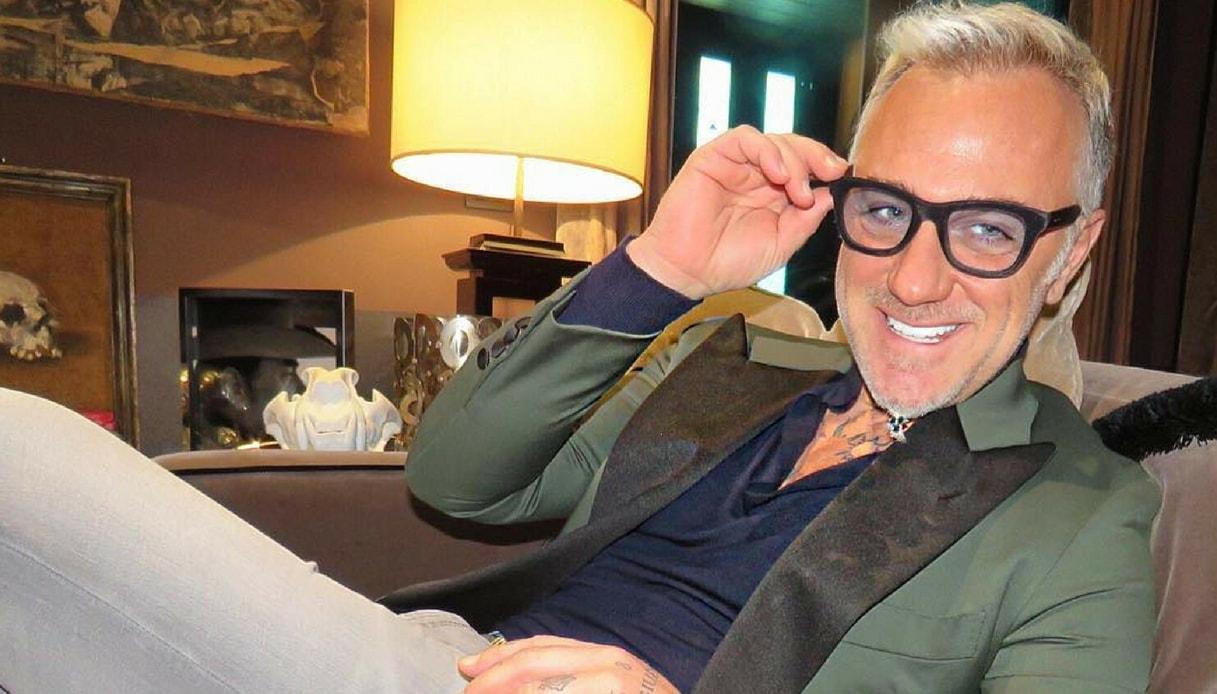 Gianluca Vacchi balla in treno: imbarazzo fra i passeggeri