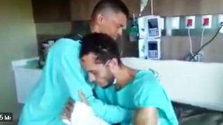 L'abbraccio dell'unico sopravvissuto del Chape al suo soccorritore