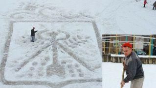 Le magie del bidello che dipinge sulla neve con la pala