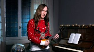 Manuel Agnelli autoironico e con l'ukulele per 'Save the children'