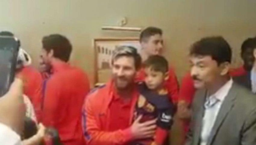 Come maglia una busta di plastica: il piccolo incontra Messi. Commovente