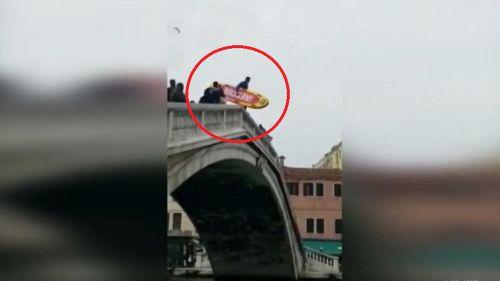 Venezia, turista si butta dal ponte col surf
