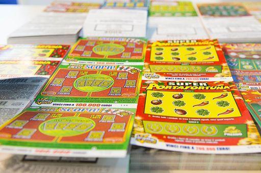 Un ragazzo su 2 ha tentato la fortuna col gioco d'azzardo