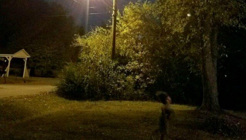 Il caso dello gnomo malvagio, fotografato con la luna piena