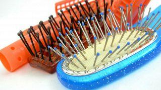 Le spazzole dei capelli vanno pulite ogni settimana. Ecco perché
