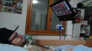 La storia di Andrea, malato di Sla che fa il dj con gli occhi