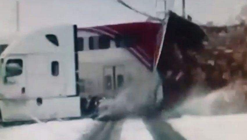 Camion della FedEx tranciato in due da treno in corsa: da brividi
