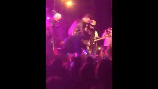 Ragazza molestata: il cantante ferma il concerto e la salva