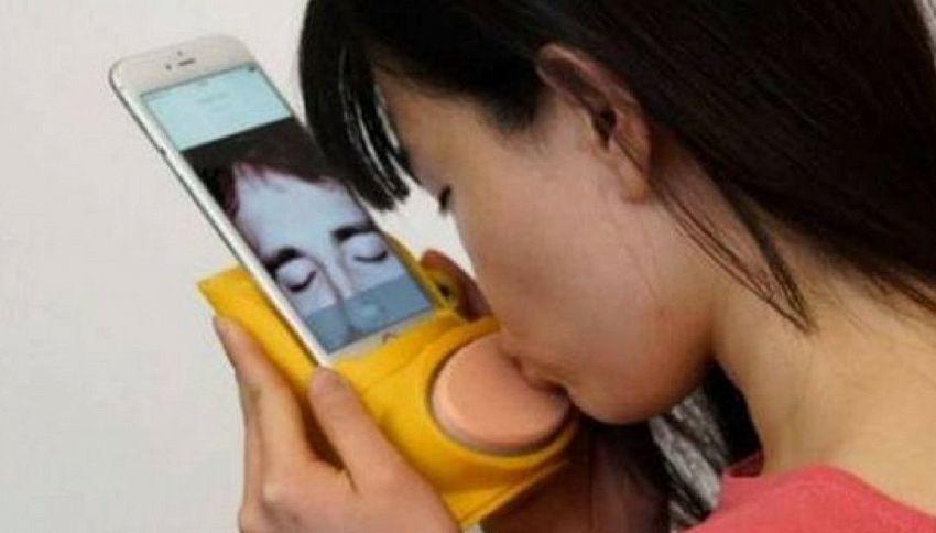 Baciami iPhone! L'accessorio per baciare via Internet
