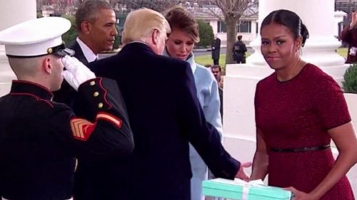 Ecco cosa ha regalato Melania Trump a Michelle Obama