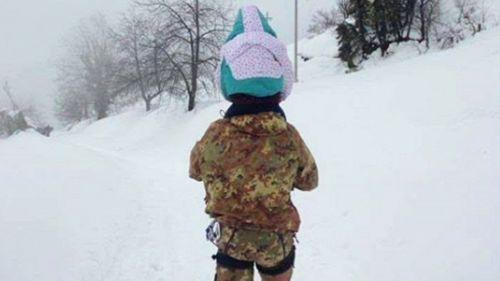 Il gigante che salva la bambina: la foto commuove i social
