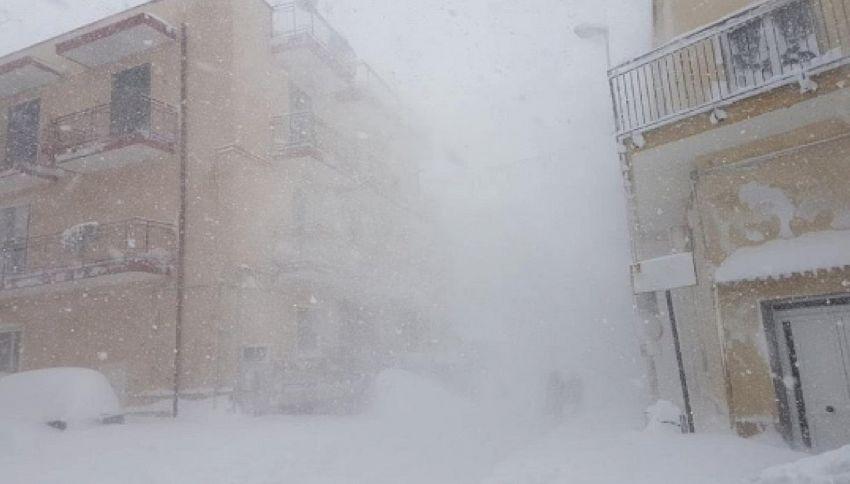 Ostetrica col trattore nella neve per raggiunge l'ospedale