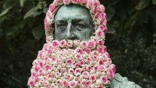 L'artista che decora le statue di Bruxelles con i fiori