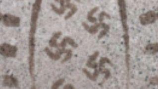 Gli inquietanti stivali che disegnano una svastica mentre cammini