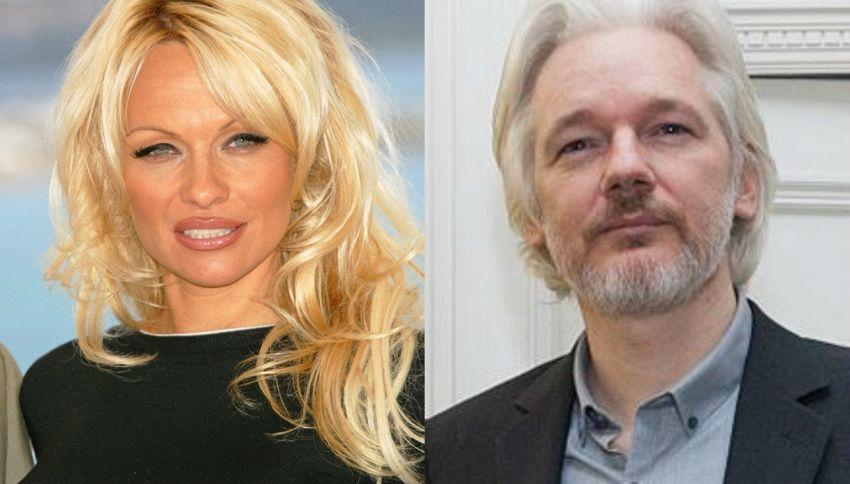 Pamela Anderson e Julian Assange: la coppia improbabile del 2017
