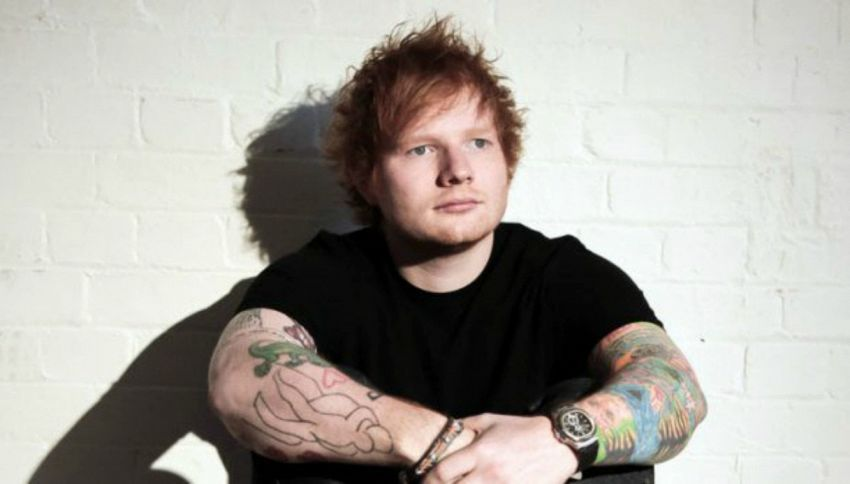 Ed Sheeran: esibizione a sorpresa nel salotto di casa
