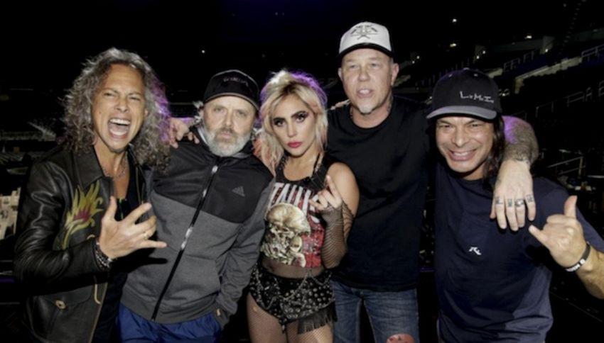 Problema ai Grammy e il cantante dei Metallica spacca la chitarra