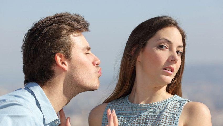 Quattro cose disgustose che possono capitarti con un bacio