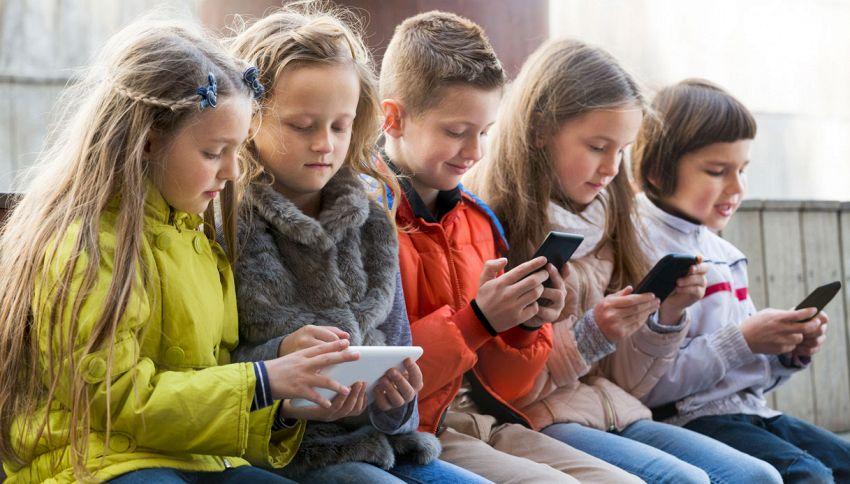 Telefono Azzurro: niente smartphone ai figli prima dei 15 anni