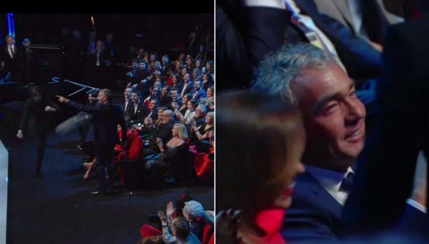 Il pallone di Totti finisce in platea: colpiti Giletti e Parodi