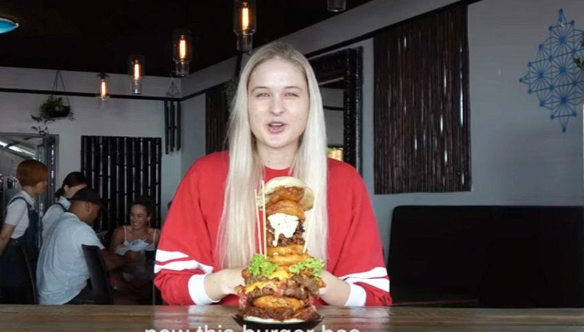 Modella divora hamburger da 4 mila calorie in meno di 5 minuti