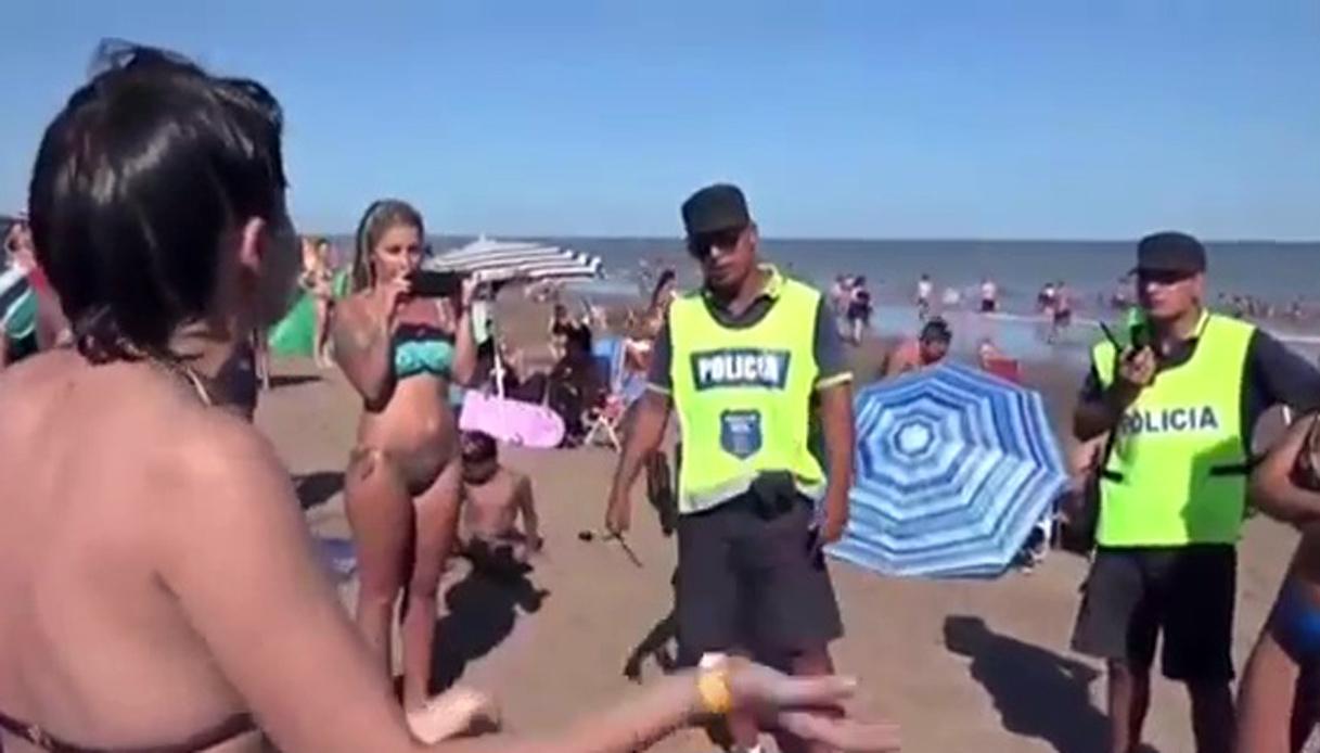 In topless sulla spiaggia. La polizia vieta, il giudice autorizza