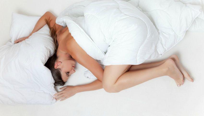 Dormire senza vestiti fa bene e magari dimagrire
