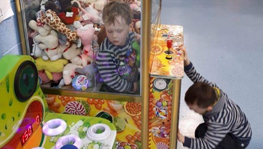 Bimbo finisce dentro distributore automatico di peluche