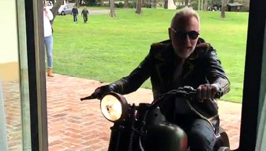 'Gianluca is in da house': Vacchi entra in casa in moto