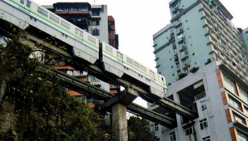 La metro che passa al sesto piano di un condominio. Foto