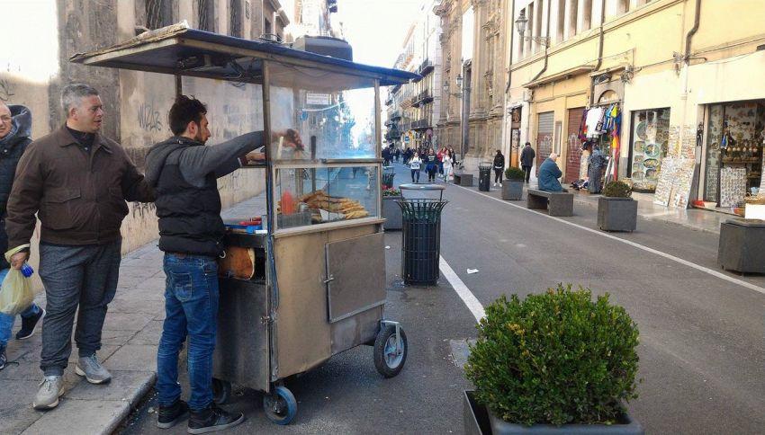 Street food a Palermo, 'sfincione' venduto a suon di musica dance