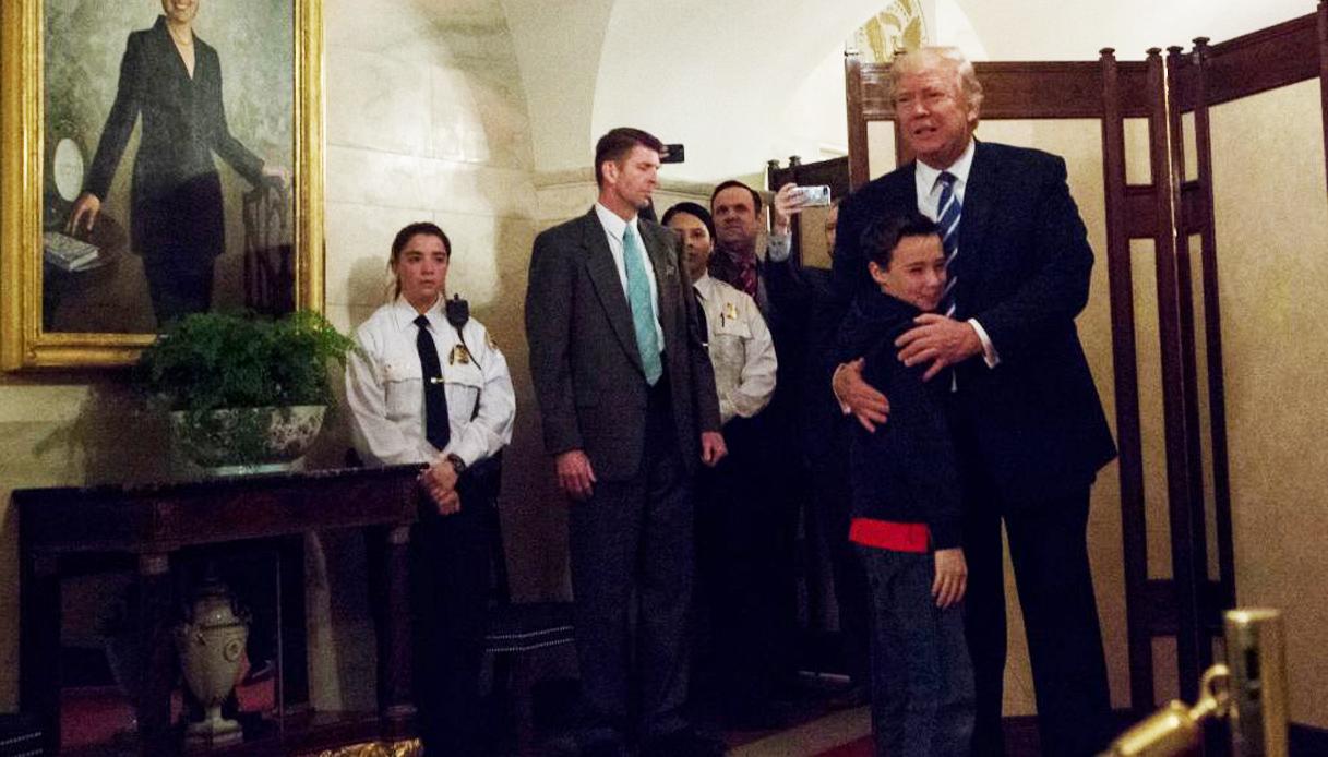 Trump a sorpresa tra gli studenti in tour alla Casa Bianca