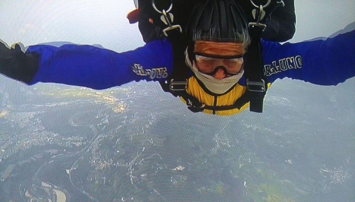 """A 81 anni si lancia col paracadute: """"Voglio ripeterlo!"""""""