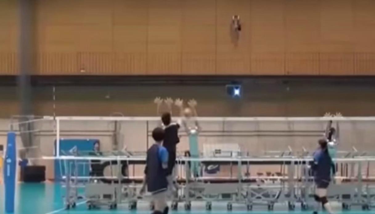 Giappone, la nazionale di volley si allena contro i robot
