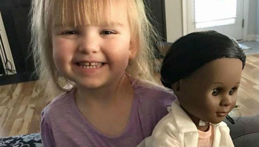 La bambina bianca con la bambola di colore conquista il web