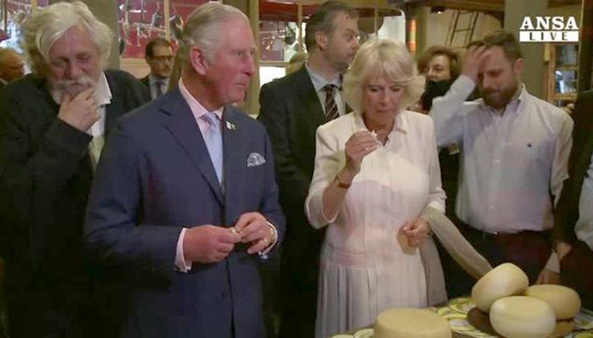 Carlo annusa il salame, Camilla valuta gli asparagi: il video