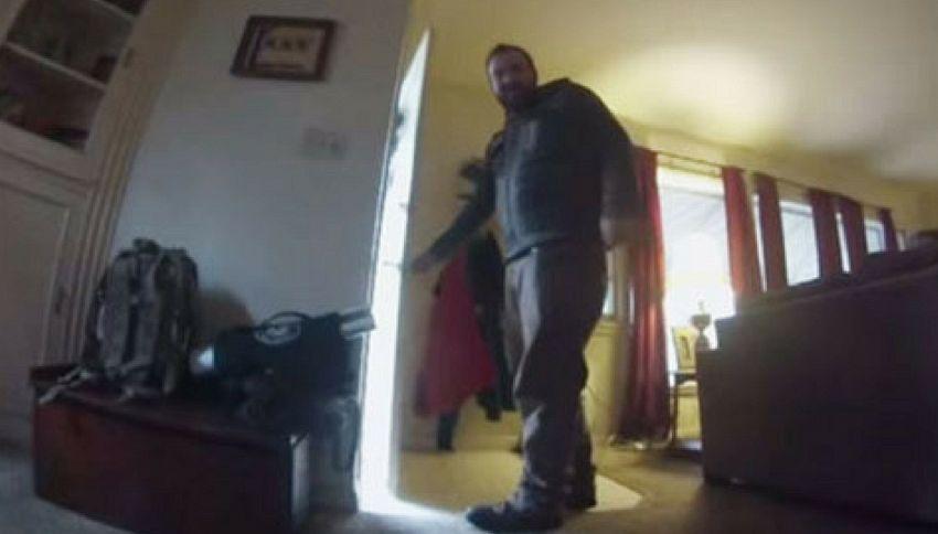 Il tenero video di un cane disperato lasciato solo in casa