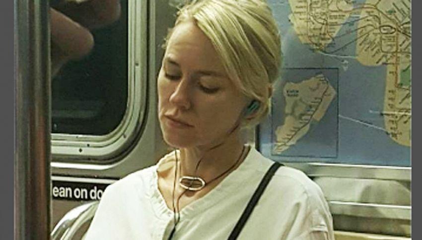 Naomi Watts beccata in metro si vendica così. La foto è virale