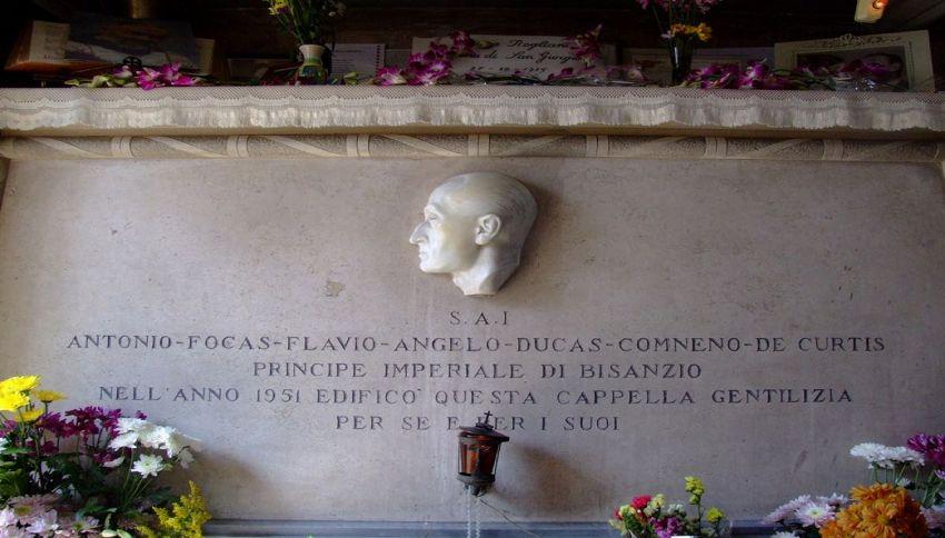 Da 35 anni una famiglia di Napoli si occupa della tomba di Totò