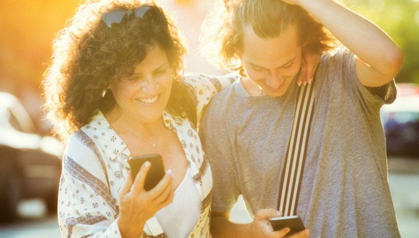 Facebook: fiore viola fra le reazioni per la Festa della Mamma