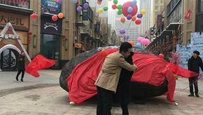 Chiede alla ragazza di sposarlo con un meteorite da 33 tonnellate