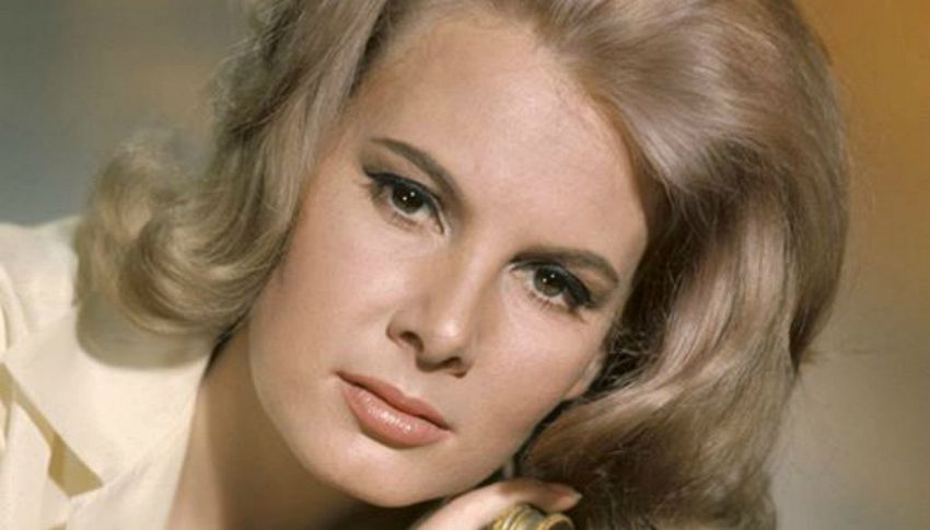 Morta Molly Peters, la prima bond girl che si spogliò in 007