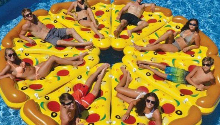 La pizza galleggiante e l'unica cosa che vorrai quest'estate