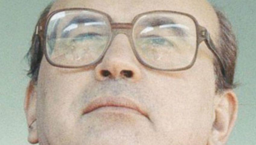 1993 si apre con il lancio di monetine a Craxi