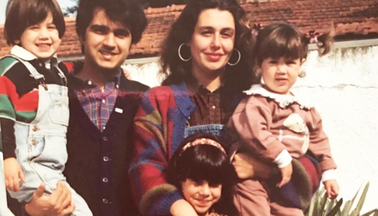 Foto di famiglia della show-girl, è boom di like. Li riconosci?