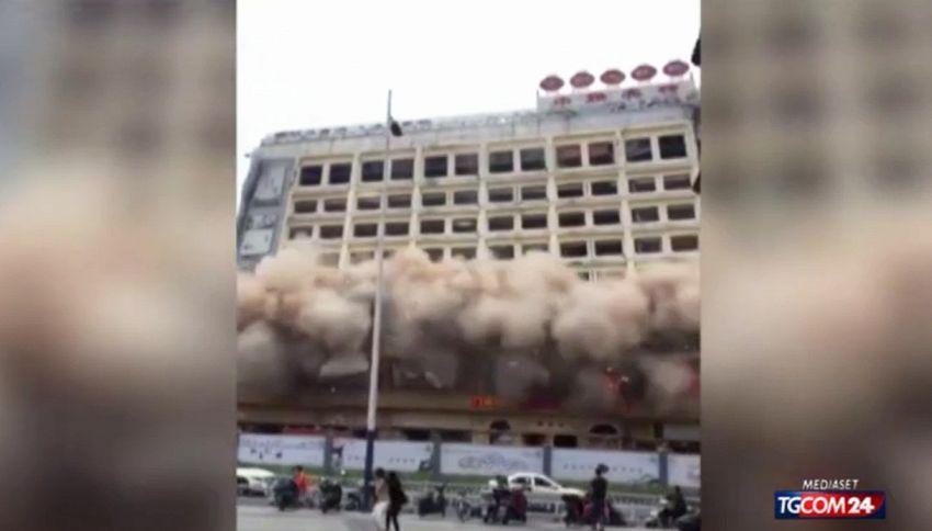 """Palazzo di 12 piani demolito """"a sorpresa"""": passanti terrorizzati"""