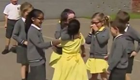Arriva a scuola con la protesi: reazione straordinaria dei bimbi