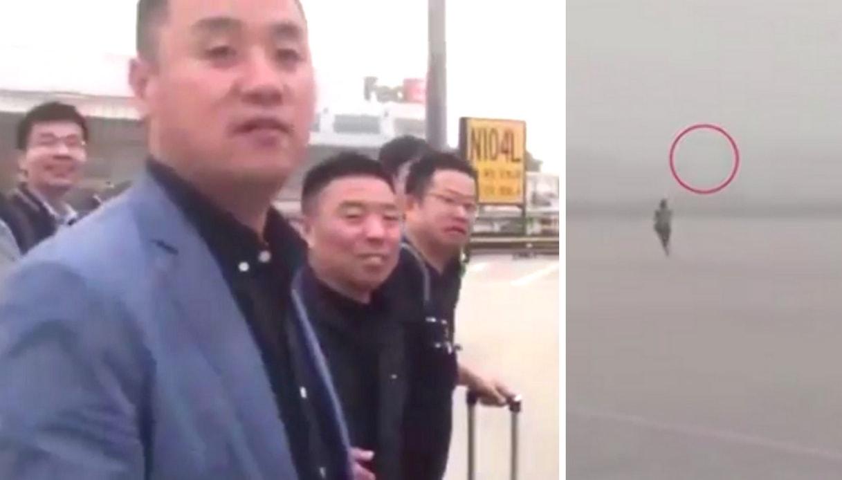 Troppo vento e il passeggero rincorre il biglietto sulla pista